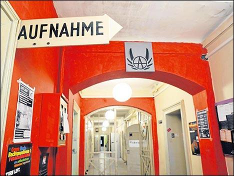 Die ehemalige Wachtmeisterei des Gefängnisses ist jetzt Ausstellungsraum für Kunstpräsentationen, die die Studentengruppe von Zeit zu Zeit veranstalten.