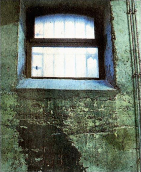 Ihre Verzweifelung in die Wand geritzt haben einsitzende Häftlinge.