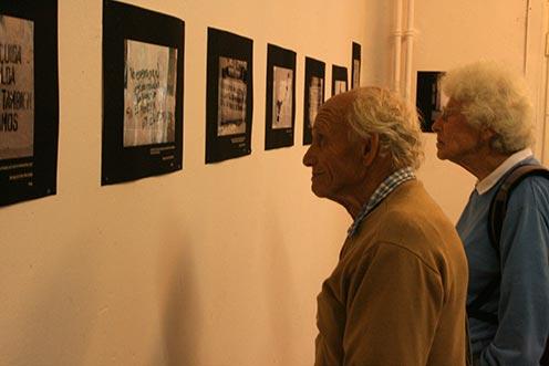 Ernesto Kroch und Eva Weil besuchen die Ausstellung über politischen Graffiti in Lateinamerika