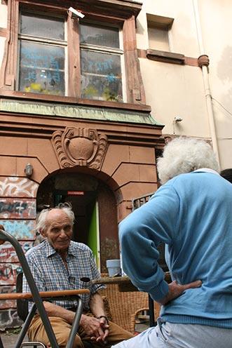 Besuch aus Uruguay – Ernesto Kroch vor dem Haus